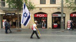 The man with the flag in Jaffa Street. (Foto voor illustratieve doeleinden.) Beeld: Alfred Muller