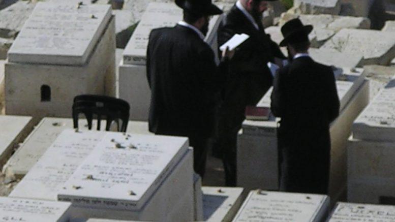 Orthodoxe joden spreken een gebed uit bij een graf. Beeld: Flickr
