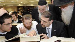 Orthodoxe Joden komen soms niet aan de verplichte 45 uur Thorastudie. Beeld: Wikimedia