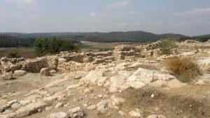 Khirbet Qeiyafa - Overblijfselen van huizen en de stadsmuur. Op de achtergrond de Elahvallei. Foto: Alfred Muller