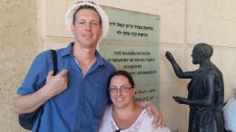 Paul en Tonia Bertelink op het historische fort Masada. Beeld: Vincent Lengkeek